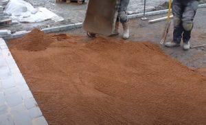 brampton-paving-laying-down-fine-sand-for-interlocking