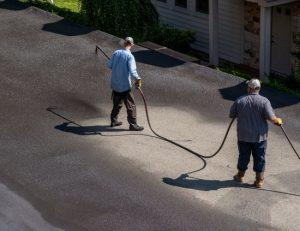 brampton-paving-workers-spraying-blacktop-sealer